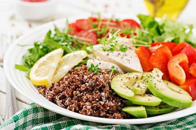 Vegetarische buddha-schüssel mit quinoa, tofukäse und frischgemüse. gesundes lebensmittelkonzept. veganer salat.