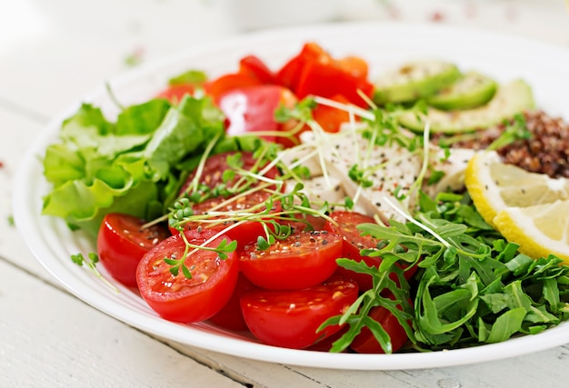 Vegetarische buddha-schüssel mit quinoa, tofukäse und frischgemüse. veganer salat