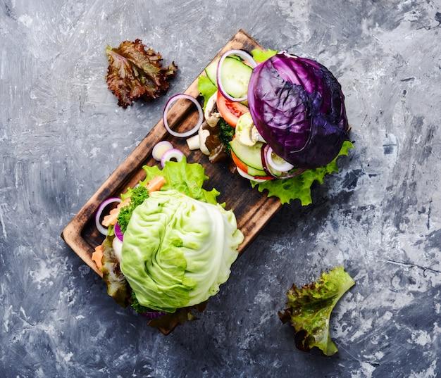 Vegetarische burger mit gemüse