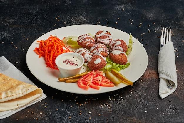 Vegetarische falafels und gemüse auf einem teller