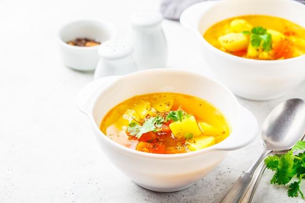 Vegetarische gemüsesuppe in schalen von weiß