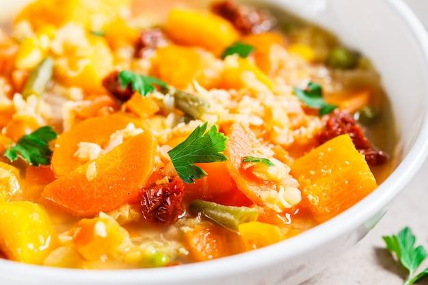 Vegetarische gemüsesuppe mit linsen und kürbis in der weißen platte. gesundes veganes lebensmittelkonzept.