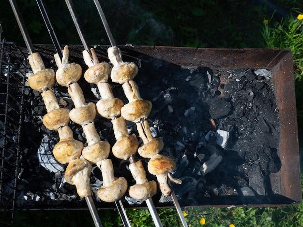 Vegetarische gerichte aus leckeren pilzen, auf holzkohle gegrillte pilze