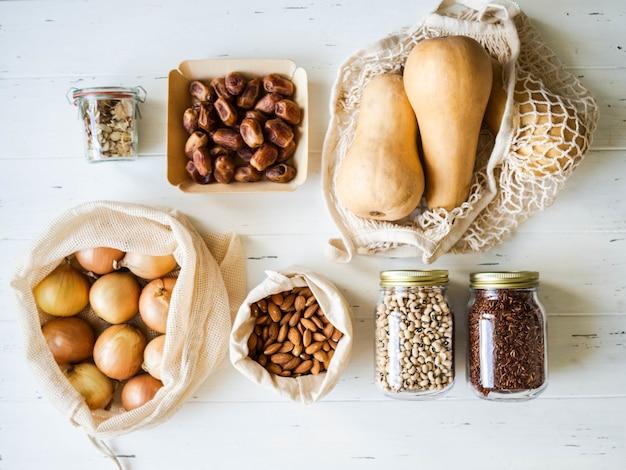 Vegetarische gesunde bio-mahlzeit vom markt. null-abfall-konzept