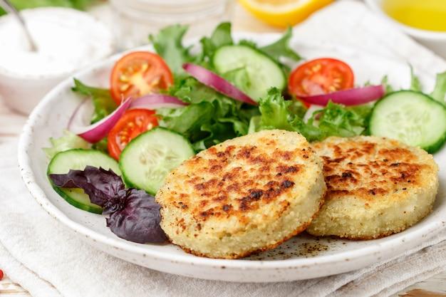 Vegetarische gesunde gemüsekoteletts aus kohl, kartoffeln, zucchini, zwiebeln und gemüse