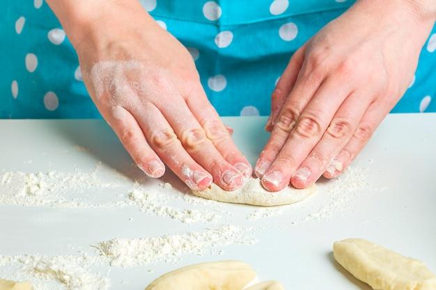 Vegetarische knödel mit kartoffelpüree in der küche zu hause kochen.