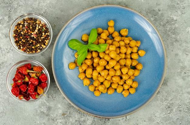 Vegetarische mahlzeiten. gekochte kichererbsen. studiofoto.