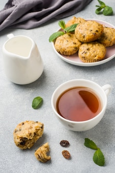 Vegetarische muffins des hafermehls mit blaubeeren und nüssen auf einer platte