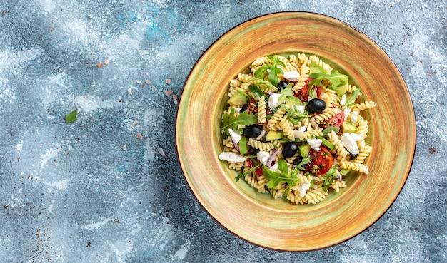 Vegetarische nudeln. griechischer salat, mediterrane küche. banner, menü, rezept. gesundes essen. ansicht von oben,