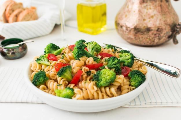 Vegetarische pasta fusilli mit tomaten und broccoli