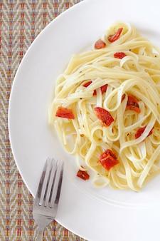 Vegetarische pasta mit sonnengetrockneten tomaten. hausmannskost.