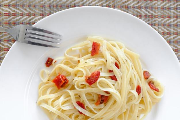 Vegetarische pasta mit sonnengetrockneten tomaten
