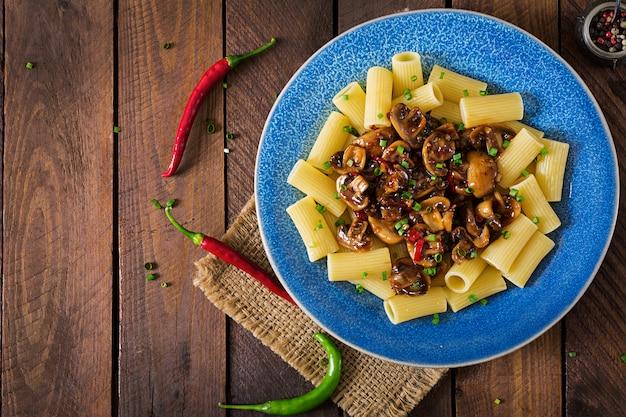 Vegetarische pasta rigatoni mit pilzen