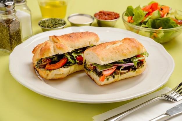 Vegetarische pilzsandwiches mit tomaten, kräutern und salat. konzept für gesunde ernährung