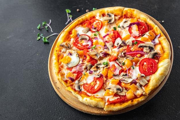 Vegetarische pizza gemüse tomaten pfeffer zwiebel pilz mais frische portion verzehrfertige mahlzeit