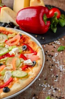 Vegetarische pizza mit gemüse und bestandteilen, abschluss oben. gesundes essen