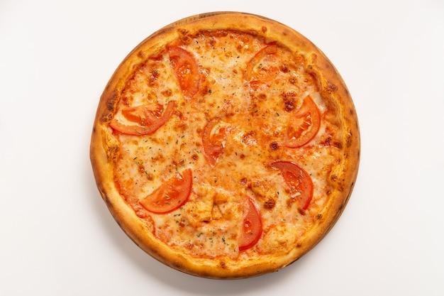 Vegetarische pizza mit käse und tomate isoliert auf weißer oberfläche. draufsicht.