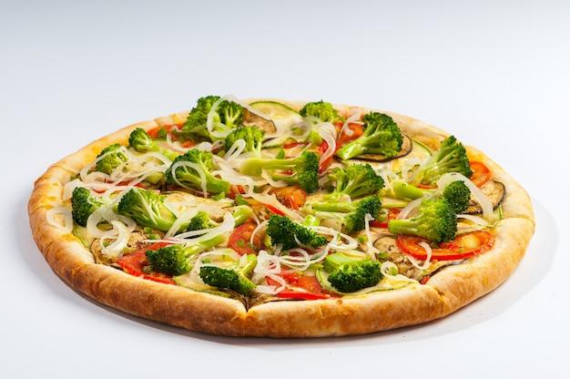 Vegetarische pizza mit tomatensauce, brokkoli, tomaten, zucchini, auberginen und zwiebelringen. brasilianische pizza.
