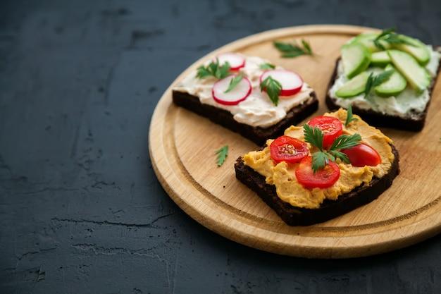 Vegetarische roggenbrot offene sandwiches