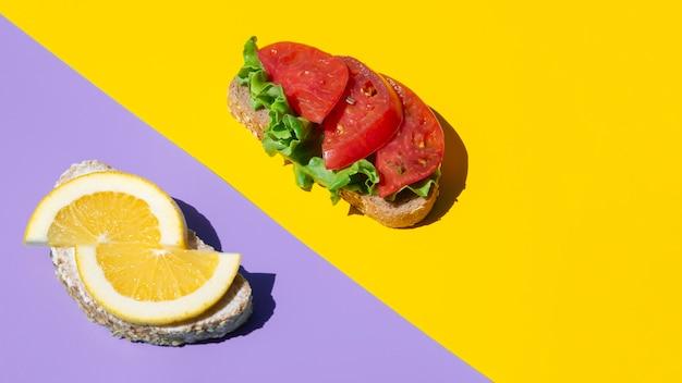 Vegetarische sandwiches aus orangen und tomaten