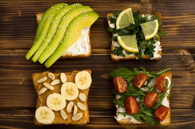 Vegetarische sandwiches mit gemüse und obst