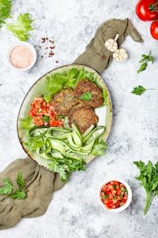 Vegetarische schnitzel aus mungobohnen und süßkartoffel