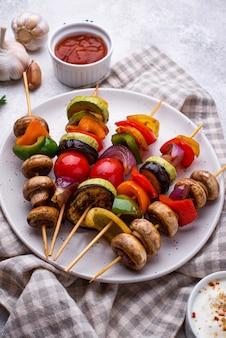 Vegetarische spieße mit verschiedenen gegrillten gemüsen