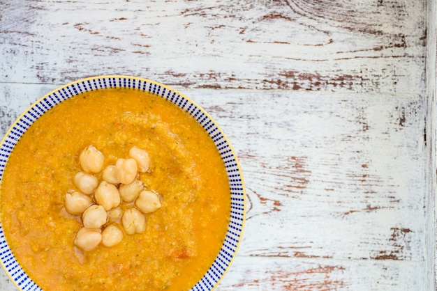 Vegetarische suppe aus karotten, tomaten, brokkoli und kichererbsen