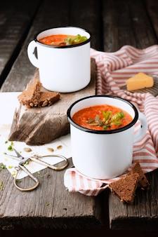 Vegetarische suppe von reifen tomaten in einem weißen becher
