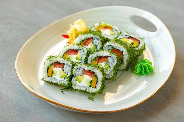 Vegetarische sushi-rolle mit dill und gemüse auf holzuntergrund