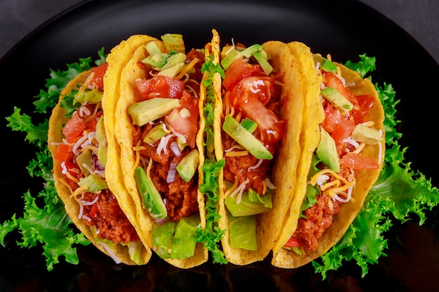 Vegetarische taco-wraps. gemüsetacosbestandteile auf draufsicht