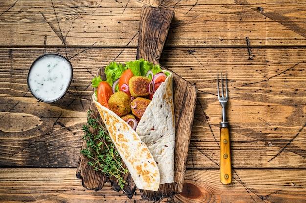 Vegetarische tortilla wrap mit falafel und frischem salat, vegane tacos