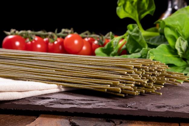 Vegetarische, vegane spinatnudeln. gesundes essen.