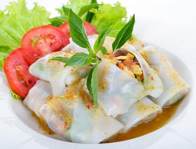 Vegetarische vietnamesische frühlingsrollen mit würziger sauce, karotte