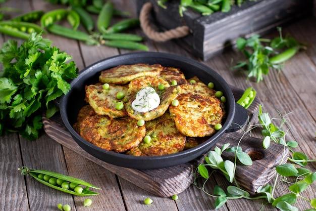 Vegetarische zucchinistückchen oder pfannkuchen