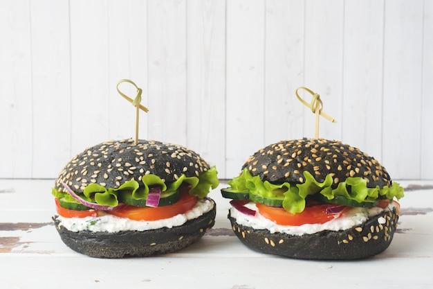 Vegetarischer burger mit hüttenkäsecreme und -gemüse. kopieren sie platz