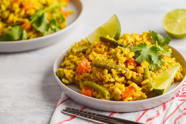 Vegetarischer curryreis mit gemüse und kokosnusscreme in den grauen platten. gesundes lebensmittelkonzept des strengen vegetariers, detox, gemüsediät.