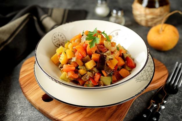 Vegetarischer eintopf mit zucchini-zwiebeln, rüben, süßkartoffeln und karotten