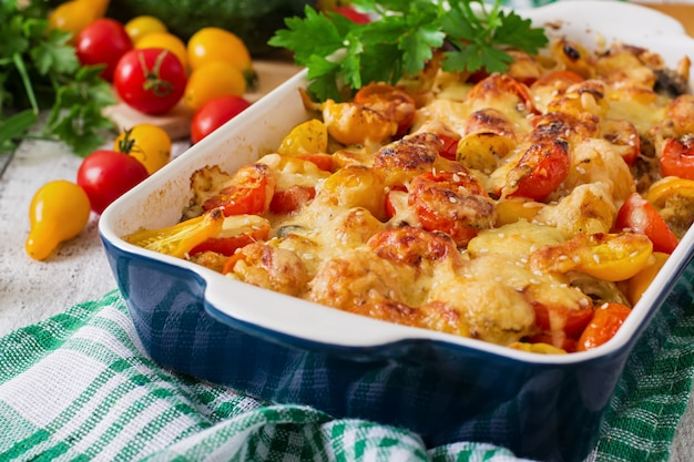 Vegetarischer gemüseauflauf mit zucchini, pilzen und kirschtomaten