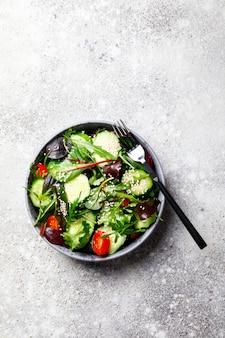 Vegetarischer gemüsesalat. snack für eine sommerparty.