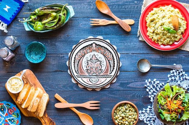 Vegetarischer risotto mit verschiedenem gemüse, auf hölzerner rustikaler tabelle.