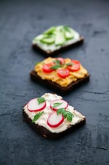 Vegetarischer roggenbrot-toast