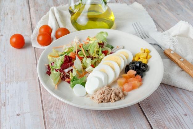 Vegetarischer salat mit olivenöl und ei