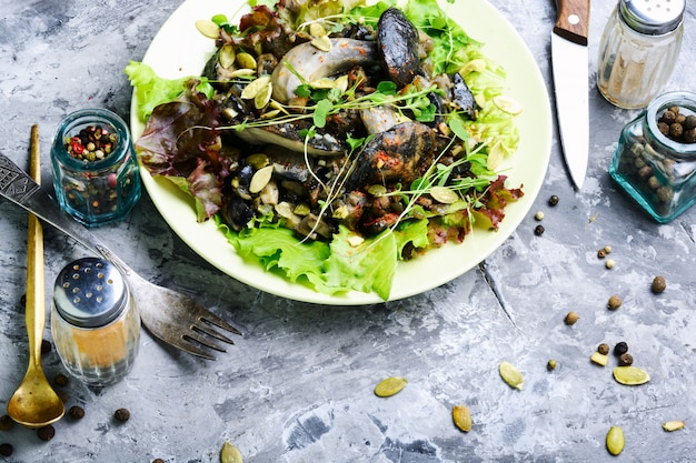 Vegetarischer salat mit pilzen