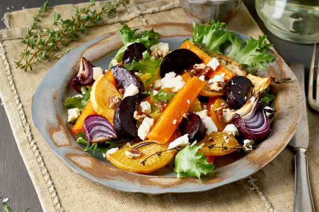 Vegetarischer salat schafskäse, gebackenes gebratenes gemüse, keto ketogene dash diät.