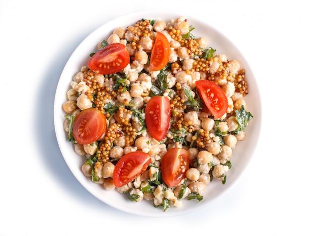 Vegetarischer salat von gekochten kichererbsen-, käse-, rucola-, senf- und kirschtomaten lokalisiert