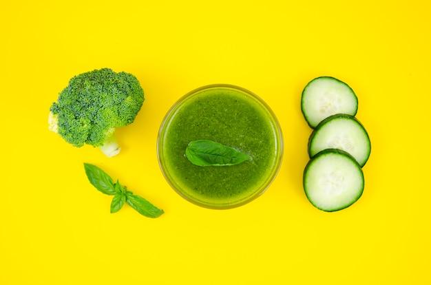Vegetarischer smoothie aus gurke und brokkoli