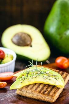 Vegetarischer toast, vollkornbrot mit avocado. vegetarischer snack