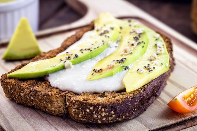 Vegetarischer toast, vollkornbrot mit avocado