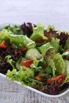 Vegetarisches essen. detox-gemüsesalat - salat, tomate, gurke, gewürzte zitronen-oliven-soße. ein gericht für alle, die auf ihre gesundheit achten